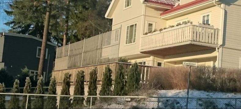 Eneboligen - med stålplater i vegger og tak, og gitter foran uteplass